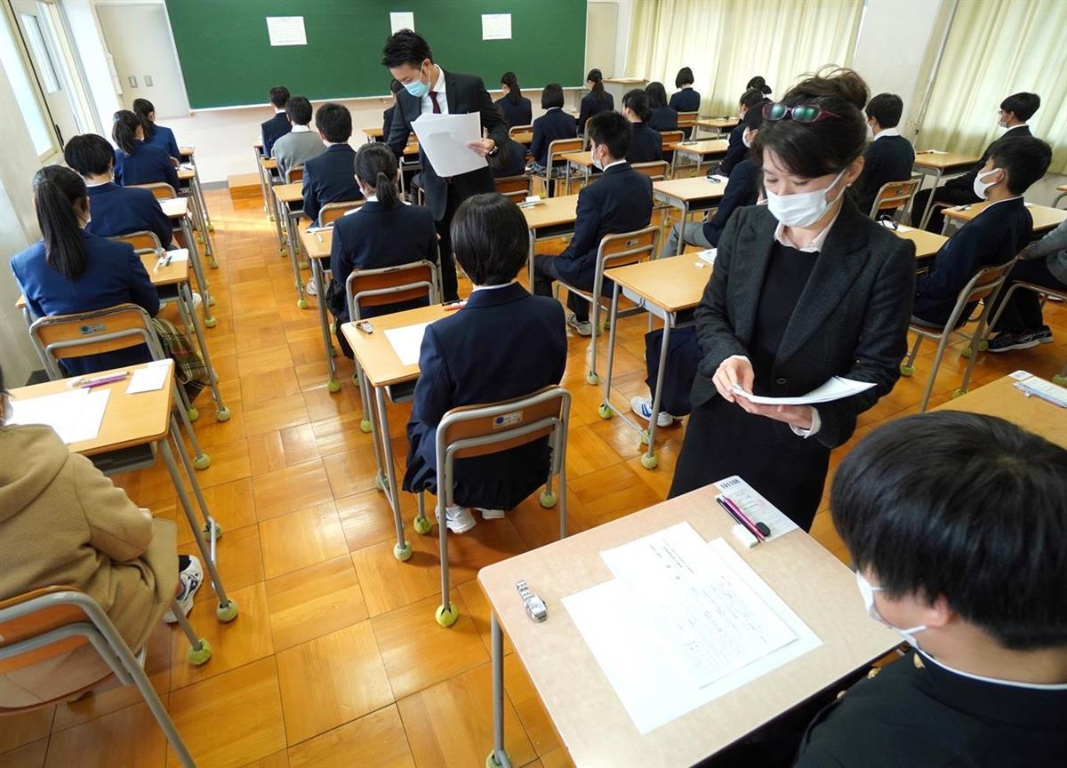 京都府で始まった公立高入試。換気や受験生の間隔をあけるなどの感染防止策が取られた=16日、京都市北区の府立山城高校
