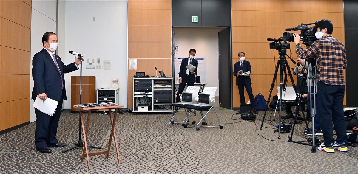 東京2020組織委の武藤敏郎事務総長(左、代表撮影)