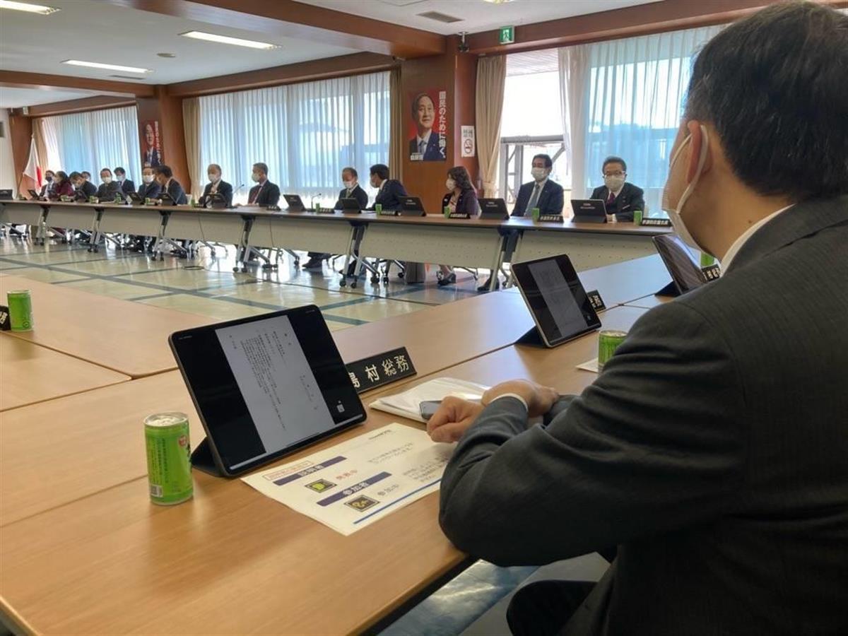 自民党総務会では、タブレット端末が導入された =16日午前、東京・永田町の自民党本部(今仲信博撮影)
