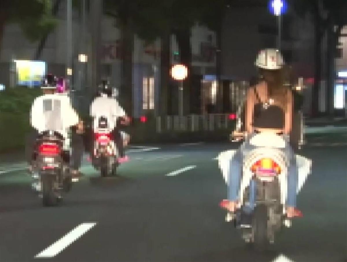 暴走行為を繰り返す女子高校生ら=昨年8月23日、横浜市中区(神奈川県警提供)