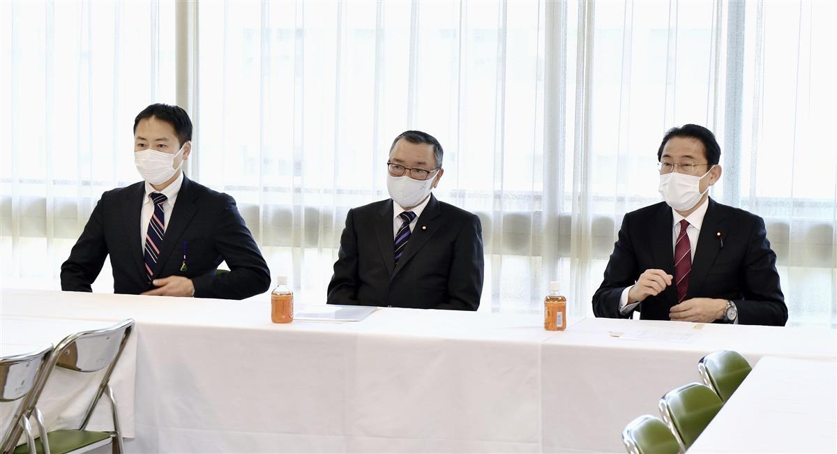 4月の参院広島選挙区再選挙の候補として公認申請された西田英範氏(左)。中央は宮沢洋一県連会長=18日午後、東京・永田町