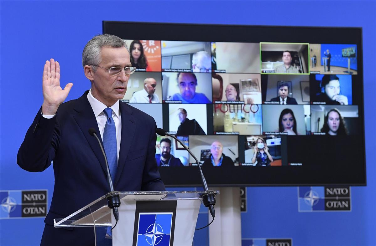 国防相理事会後に記者会見する北大西洋条約機構(NATO)のストルテンベルグ事務総長=17日、ブリュッセル(AP=共同)