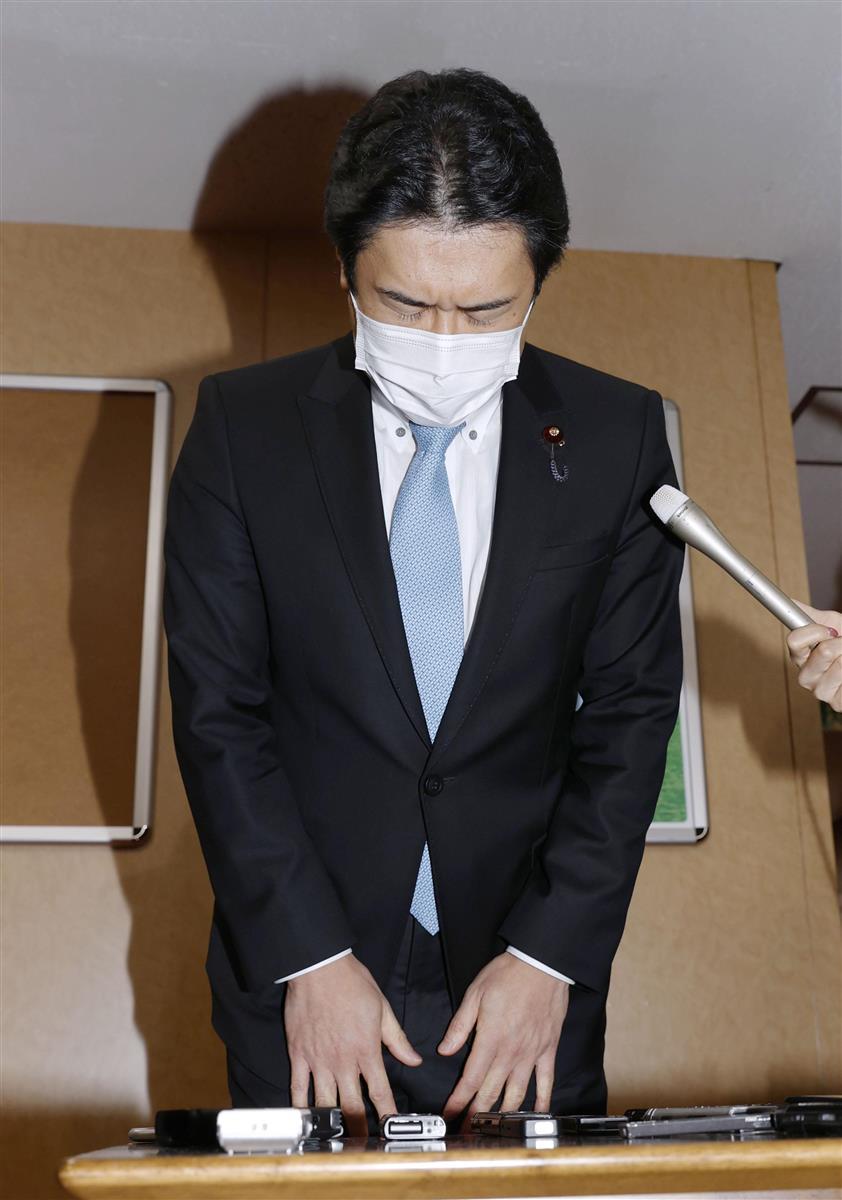 自民党に離党届を提出後、謝罪する白須賀貴樹衆院議員=17日午後、東京・永田町の党本部