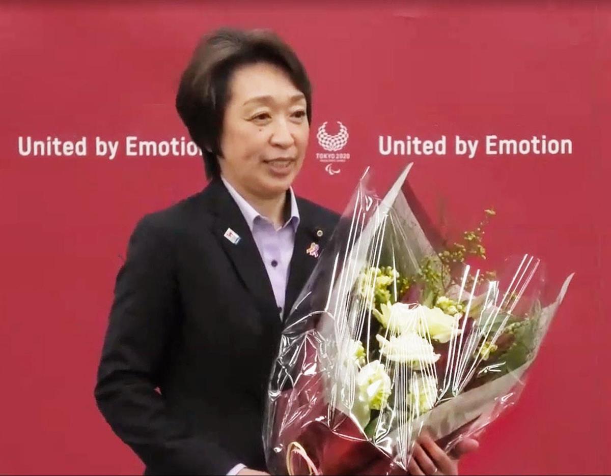 あいさつを前に、花束を手に笑顔を見せる東京五輪・パラリンピック組織委の橋本聖子新会長=19日午後