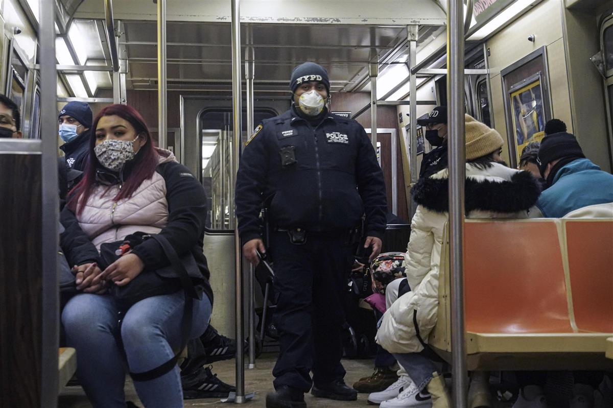 13日、米ニューヨーク市の地下鉄で警戒する警察官(AP=共同)