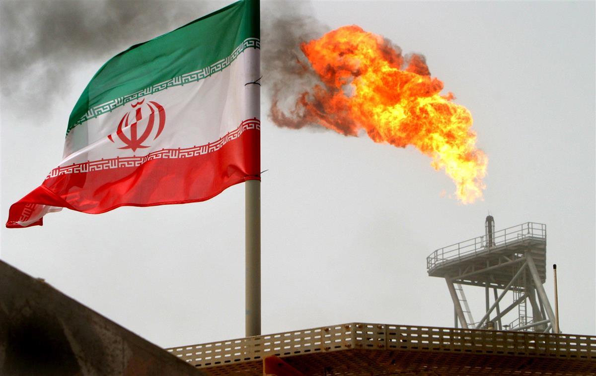 イラン国旗と石油生産プラント(ロイター)