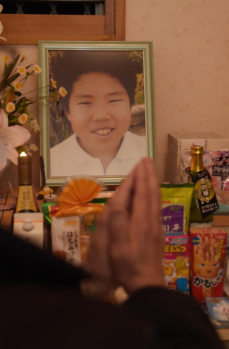 森田都史君の遺影に手を合わせる父親。事件は2月5日で6年を迎えた=和歌山県紀の川市