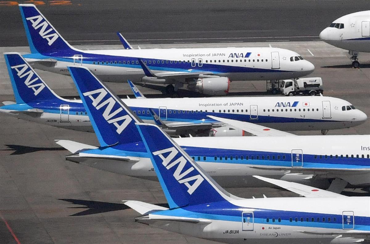 コロナ禍で欠航が相次ぎ空港に並ぶ旅客機。留学も難しくなった(本社チャーターヘリから、大西史朗撮影)