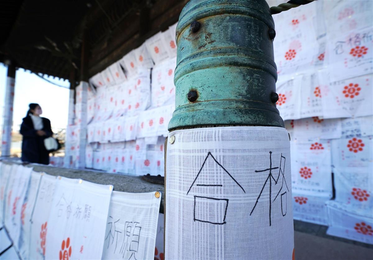 家原寺本堂の柱や壁を埋め尽くす合格祈願の白いハンカチ=堺市西区(恵守乾撮影)