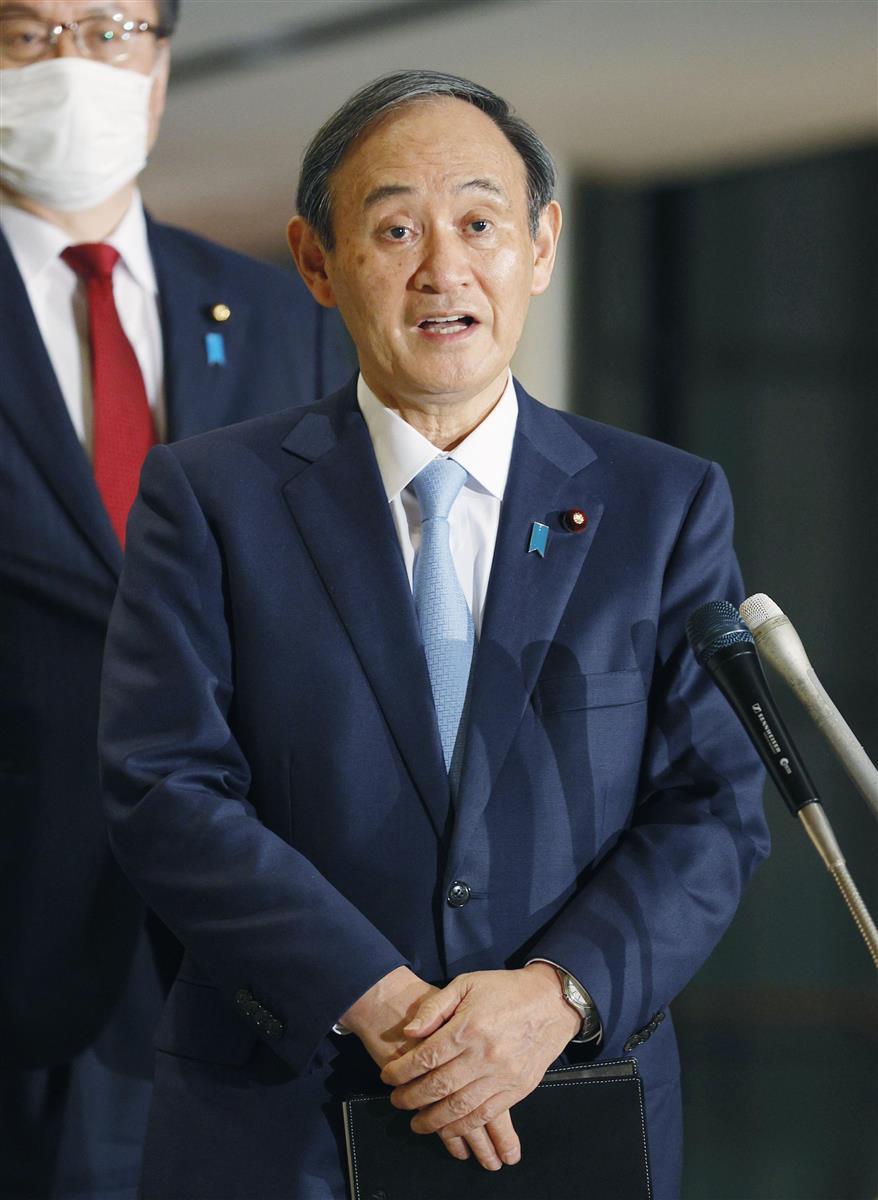 G7首脳のテレビ電話会議を終え、記者団の取材に応じる菅首相=20日午前0時43分、首相官邸