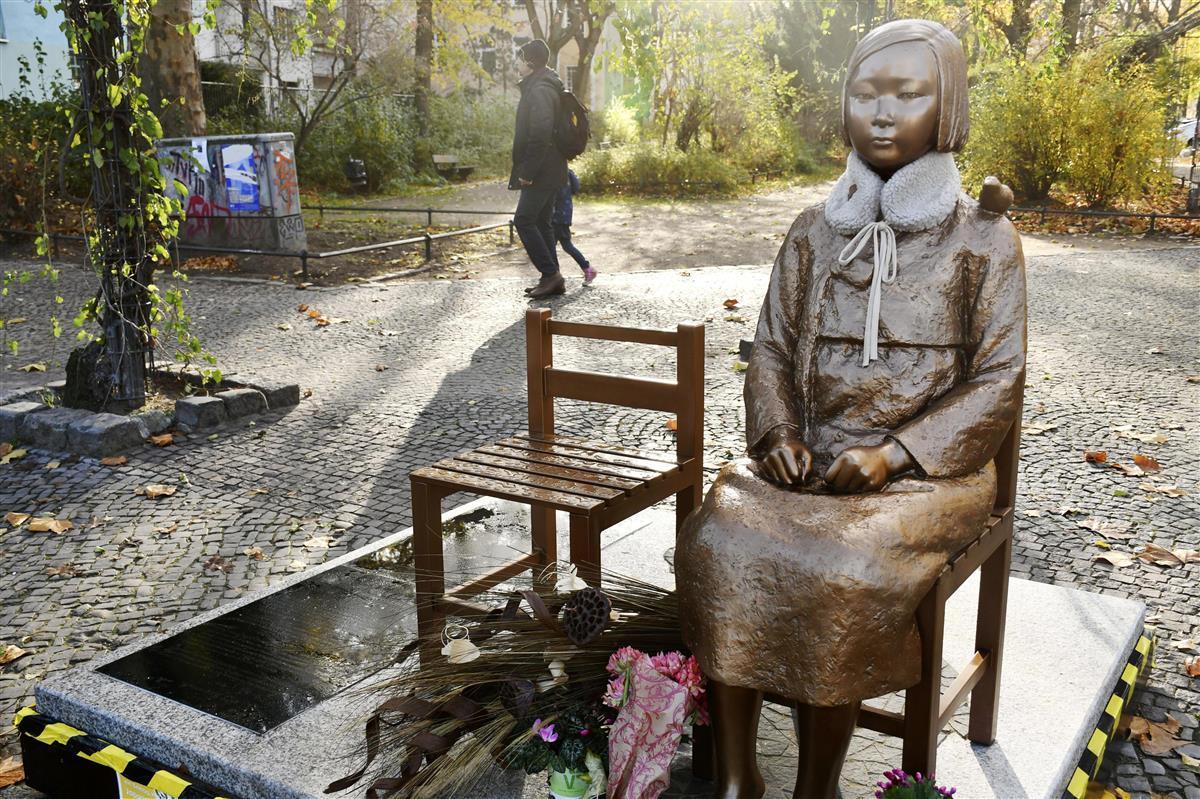 2020年11月23日、ドイツ・ベルリン市ミッテ区に設置された慰安婦像(共同)
