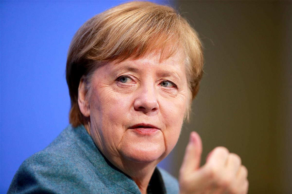 1日、ベルリンで記者会見するドイツのメルケル首相(ロイター)