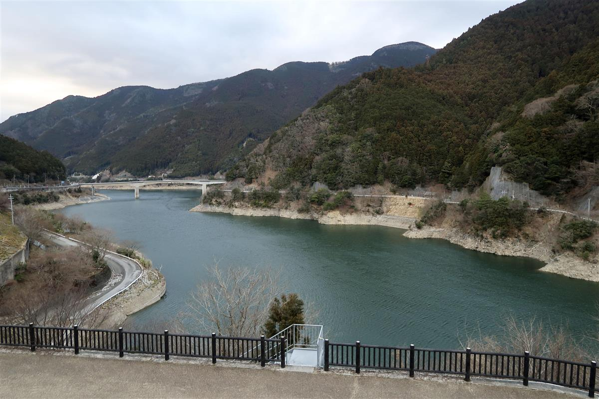 女児があおむけで浮いているのが見つかったダム湖=13日、奈良県川上村