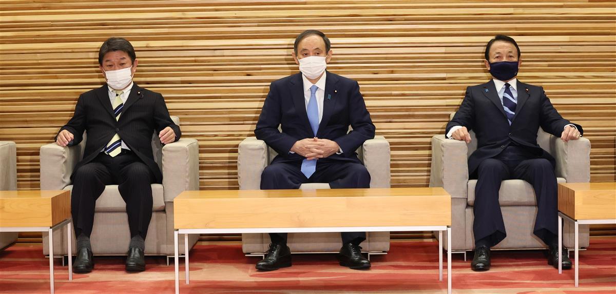 閣議に臨む(左から)茂木敏充外務相、菅義偉首相、麻生太郎副総理兼財務相=19日午前、首相官邸(春名中撮影)