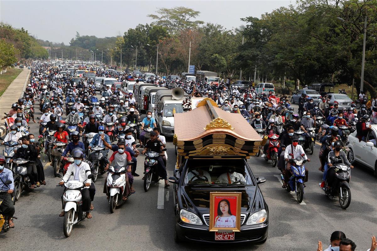 21日、ミャンマー・ネピドーで、女子学生の葬儀に集まる人たち(ロイター)