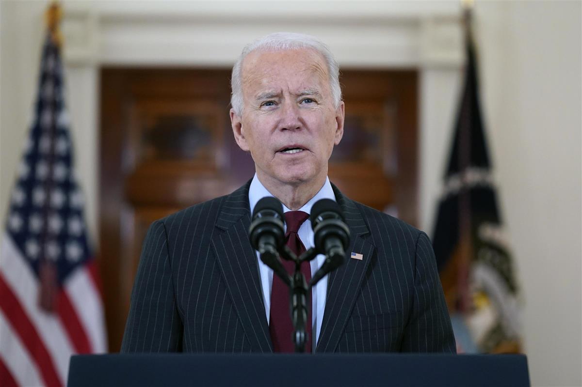 米国で新型コロナウイルス感染による死者が累計50万人を超えたことについて演説するバイデン大統領=22日、ワシントン(AP)