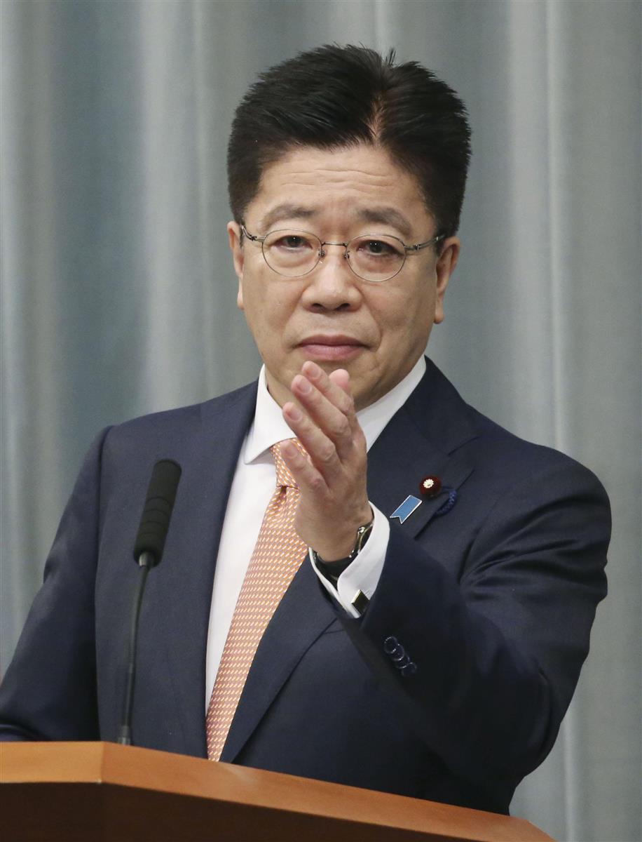 記者会見する加藤官房長官=24日午前、首相官邸