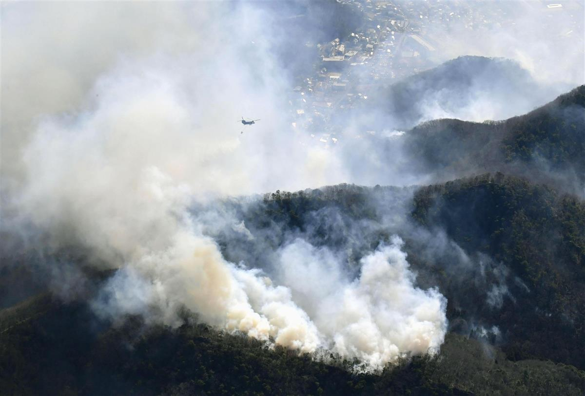 山林火災、焼失面積広がる 栃木・足利、消火活動続く