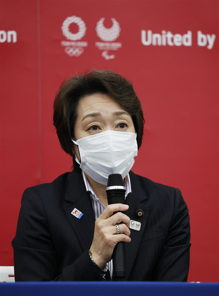 東京五輪・パラリンピック組織委の新会長に就任し、記者会見する橋本聖子氏 =18日、東京都中央区