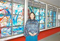 青森空港に大型ステンドグラス完成 四季を色彩で表現