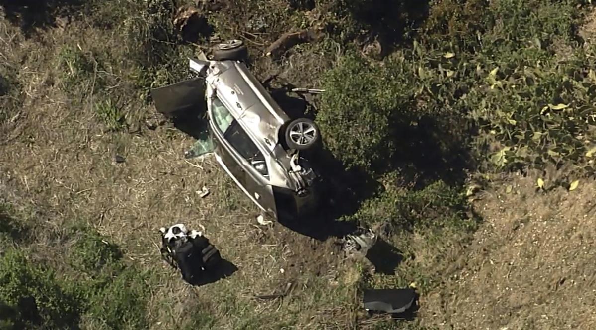 23日、米ロサンゼルス近郊で横転したタイガー・ウッズ選手の車両(KABC-TV提供・AP=共同)