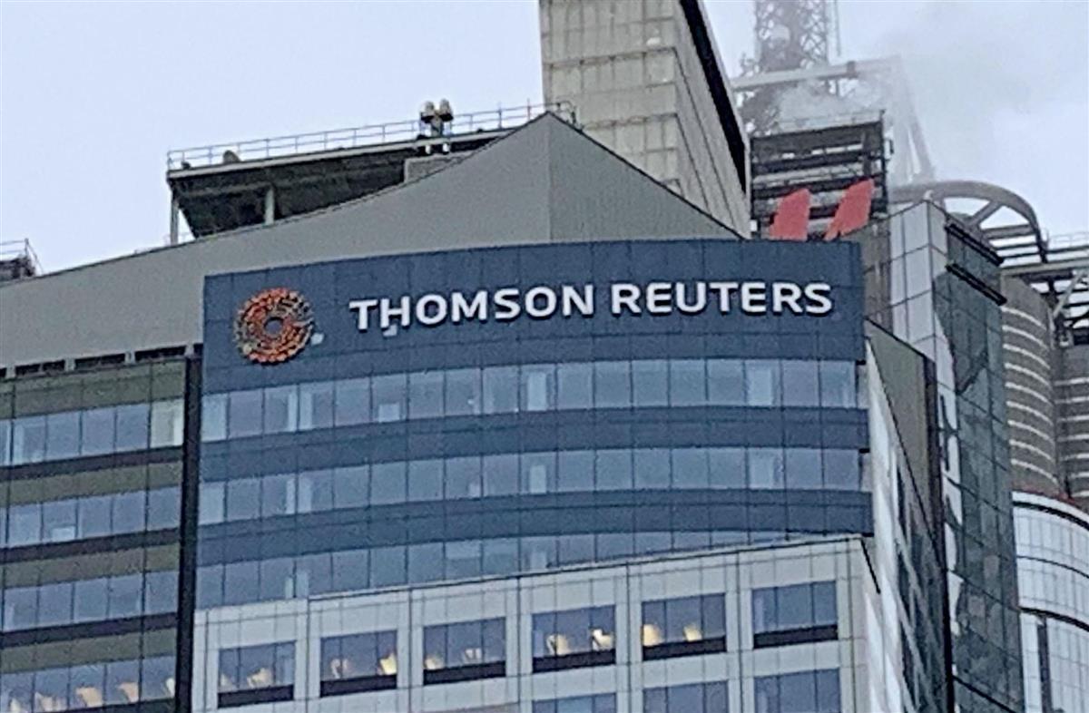 トムソン・ロイターのビルに設置されたロゴ=2020年11月、ニューヨーク(共同)