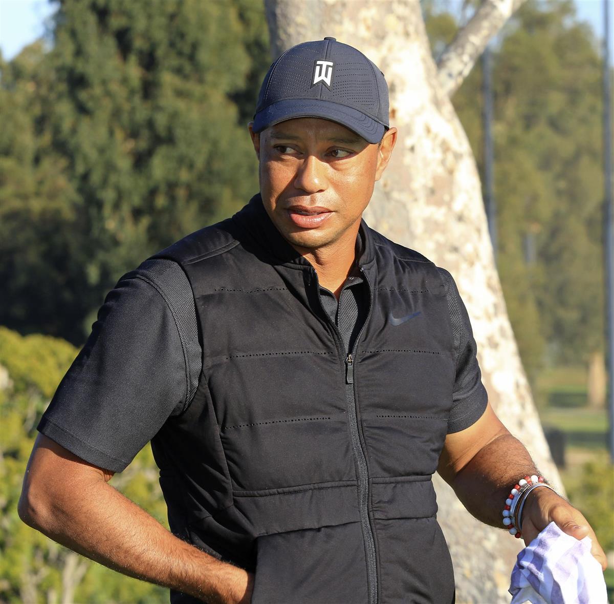 米男子ゴルフのジェネシス招待最終日、表彰式に登場した大会ホストのタイガー・ウッズ選手=21日、米カリフォルニア州パシフィックパリセーズのリビエラCC(共同)
