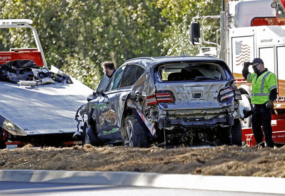 23日、米ロサンゼルス近郊で横転し、大破したタイガー・ウッズ選手の車両(ロイター=共同)