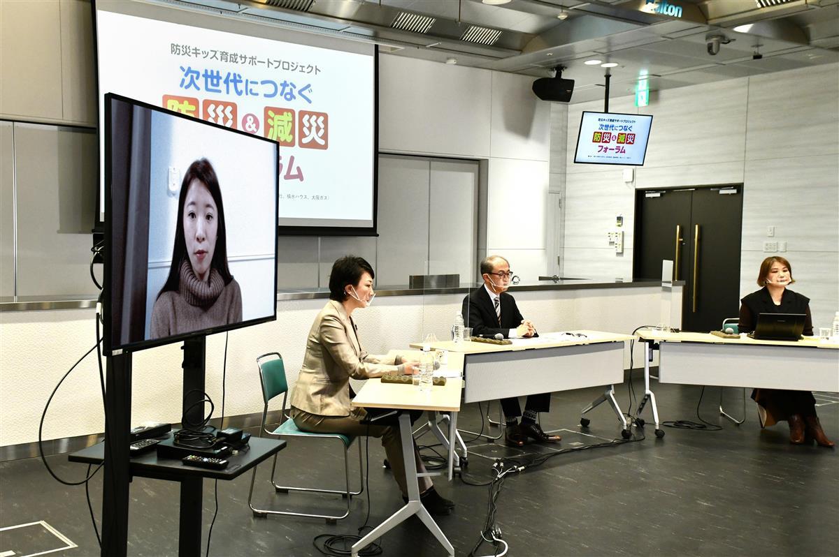 1月17日に開催された防災教育フォーラムでメッセージを伝える中野未歩さん(左画面)=大阪市