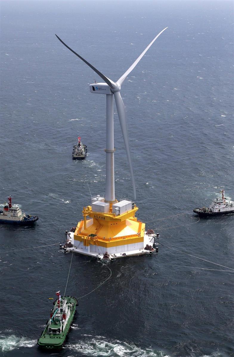 洋上を曳航(えいこう)され、福島県沖に運ばれる風力発電装置 =平成28年7月、兵庫県・洲本港沖 (本社ヘリから)