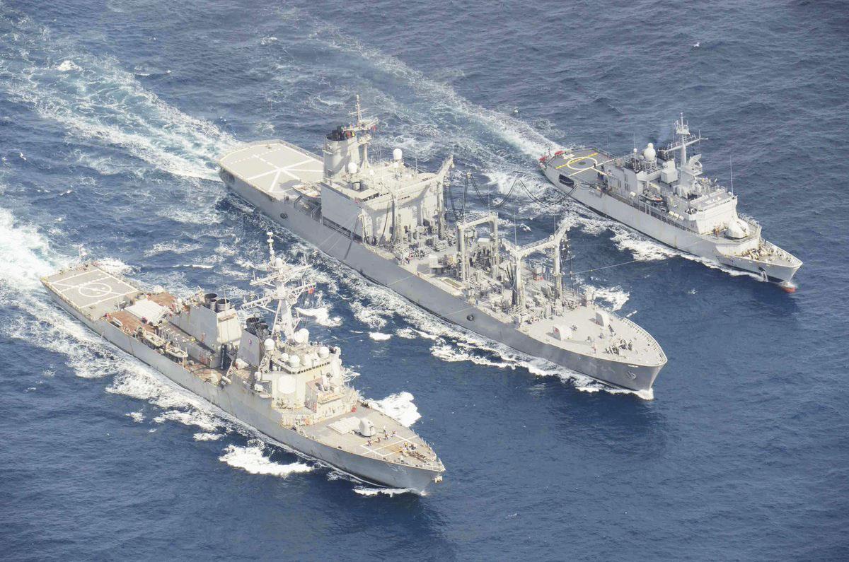 九州西方の海域で共同訓練する海上自衛隊の補給艦「はまな」(中央)、米駆逐艦「カーティス・ウィルバー」(左)、仏フリゲート艦「プレリアル」=19日(海上自衛隊提供)