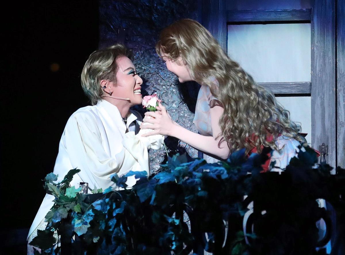 バルコニーで舞空瞳演じるジュリエット(右)に愛を告げるロミオ・礼真琴=宝塚大劇場、山田喜貴撮影