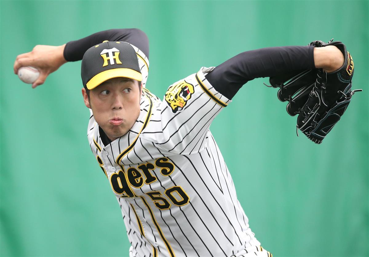 ブルペンで投球練習をする阪神の青柳。開幕投手候補として浮上した=宜野座