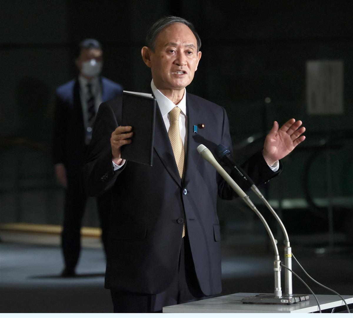 記者団の取材に応じる菅義偉首相=26日午後、首相官邸(春名中撮影)