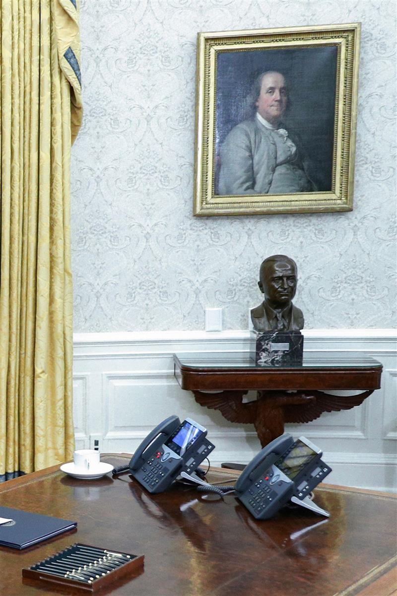 ホワイトハウスの大統領執務室に飾られた建国の父の一人、ベンジャミン・フランクリンの肖像画。バイデン米大統領の科学への信奉を示しているという。(ロイター)