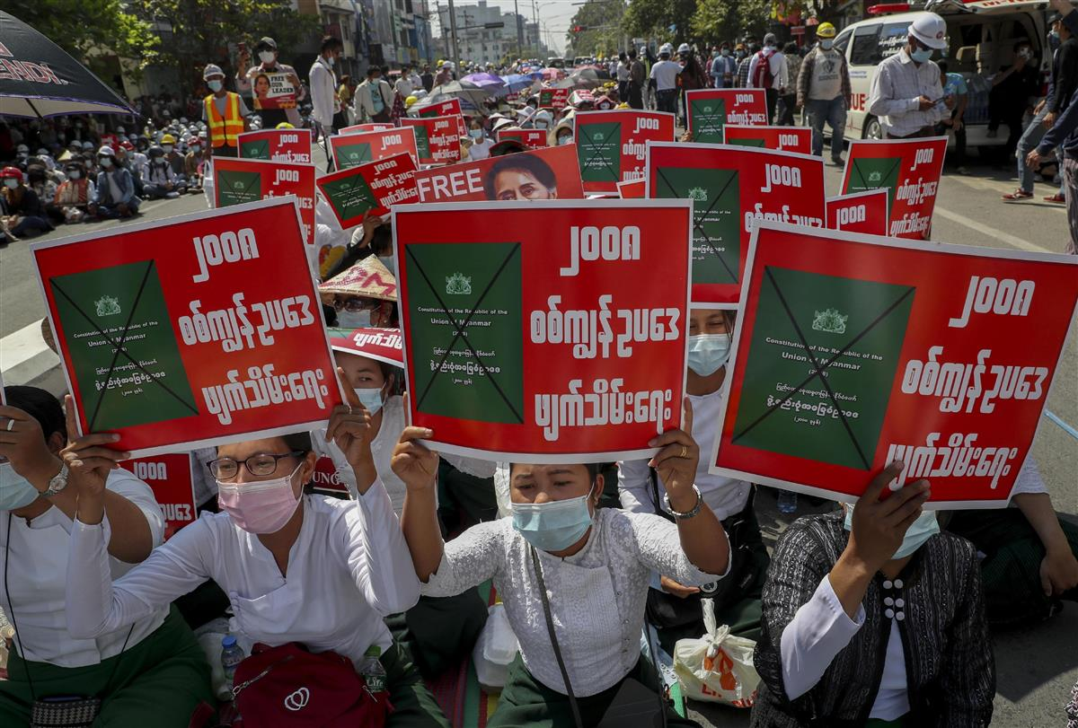 24日、ミャンマー・マンダレーで国軍のクーデターに抗議して座り込む人たち(AP=共同)