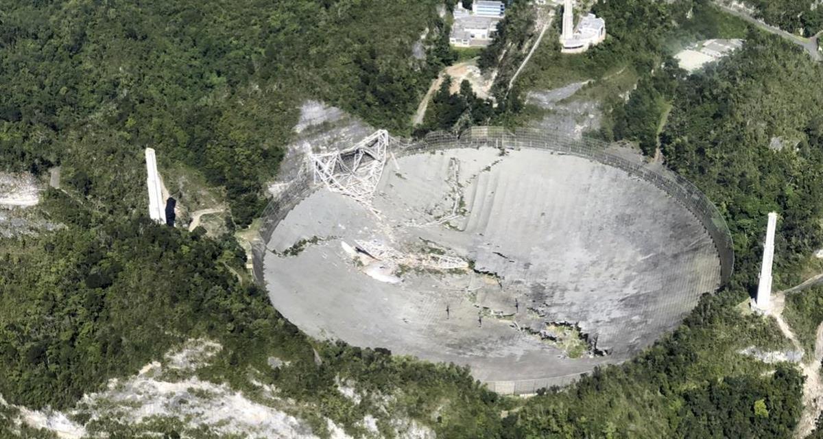 老朽化などのため昨年12月に崩壊した米領プエルトリコにあるアレシボ天文台の巨大電波望遠鏡=2020年12月1日(AP)