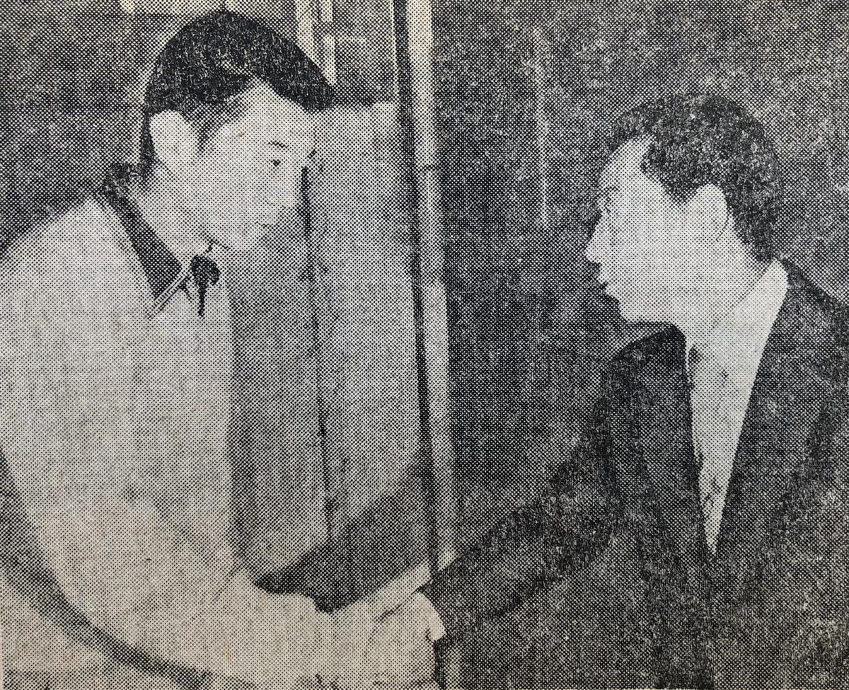 下宿先を訪ねて江川(左)と握手を交わした根本監督=川崎市