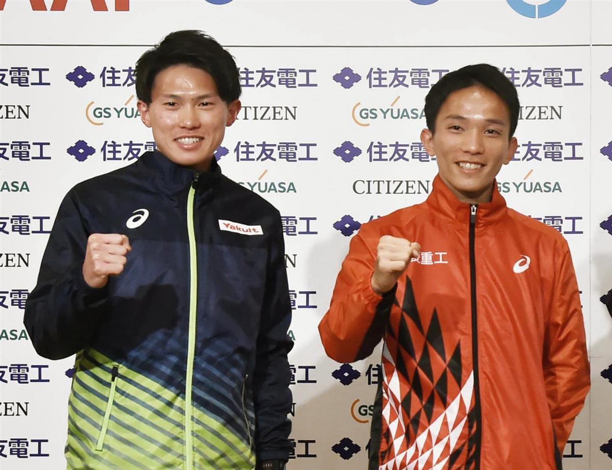 記者会見でポーズをとる高久龍(左)と井上大仁=2月26日、大津市(代表撮影)