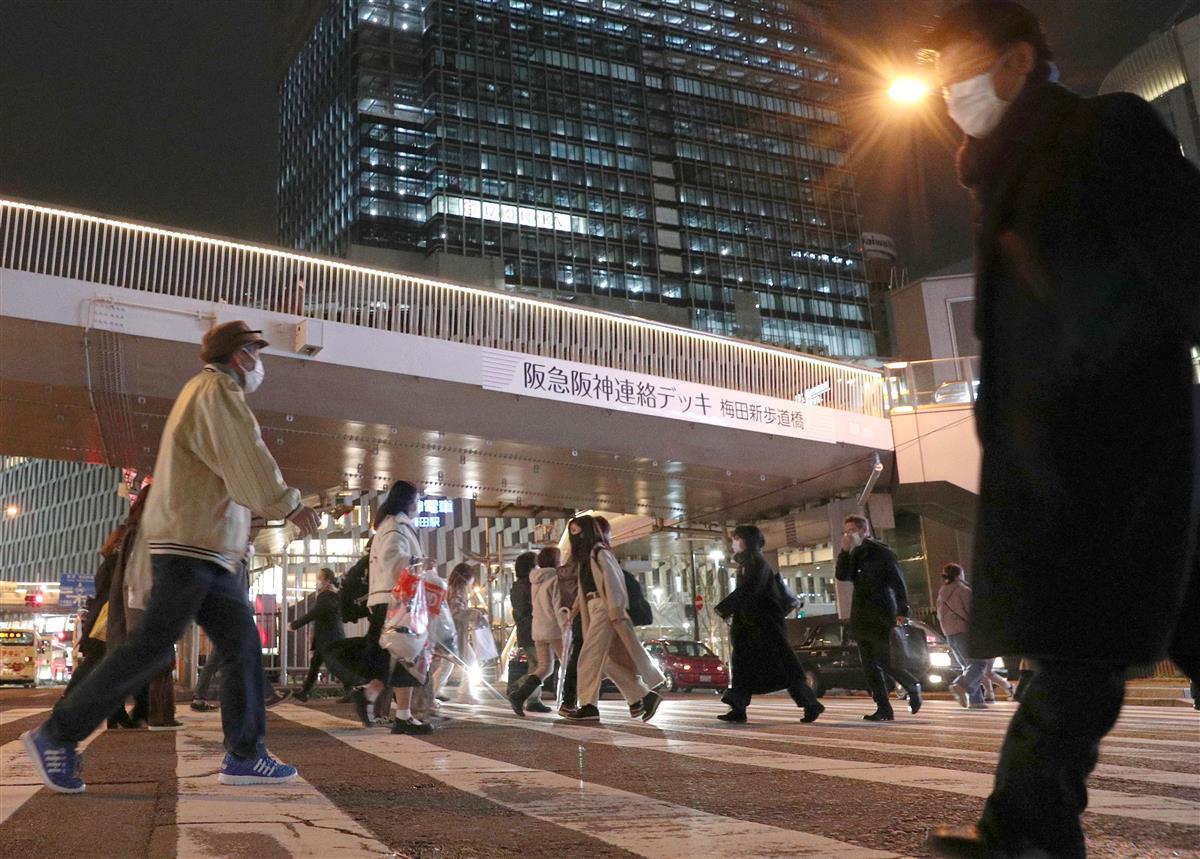 マスク姿で大阪駅前を行き交う人たち=26日午後、大阪市北区(寺口純平撮影)