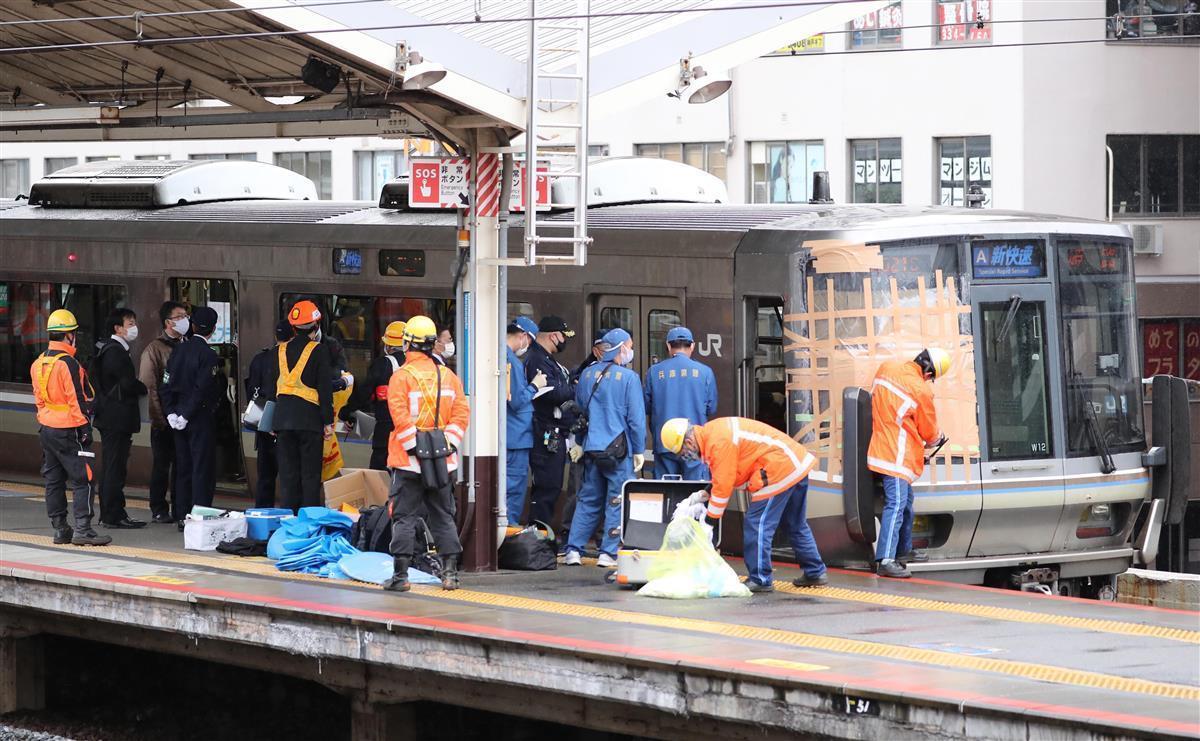 JR元町駅で起きた人身事故で停車している新快速列車=26日午前10時46分、神戸市中央区(彦野公太朗撮影)