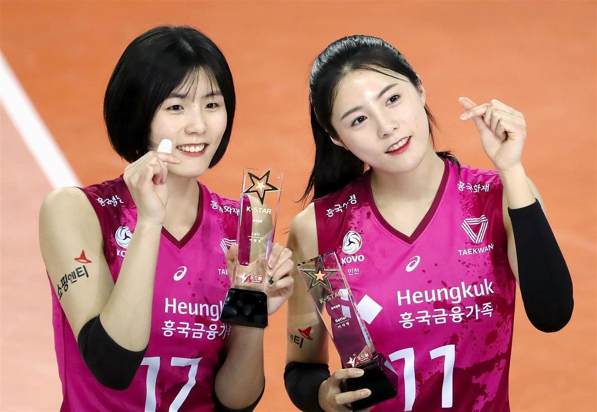 学生時代のいじめが発覚した、韓国女子バレーボール代表の李在英選手(左)と李多英選手=韓国・仁川、1月26日(聯合=共同)
