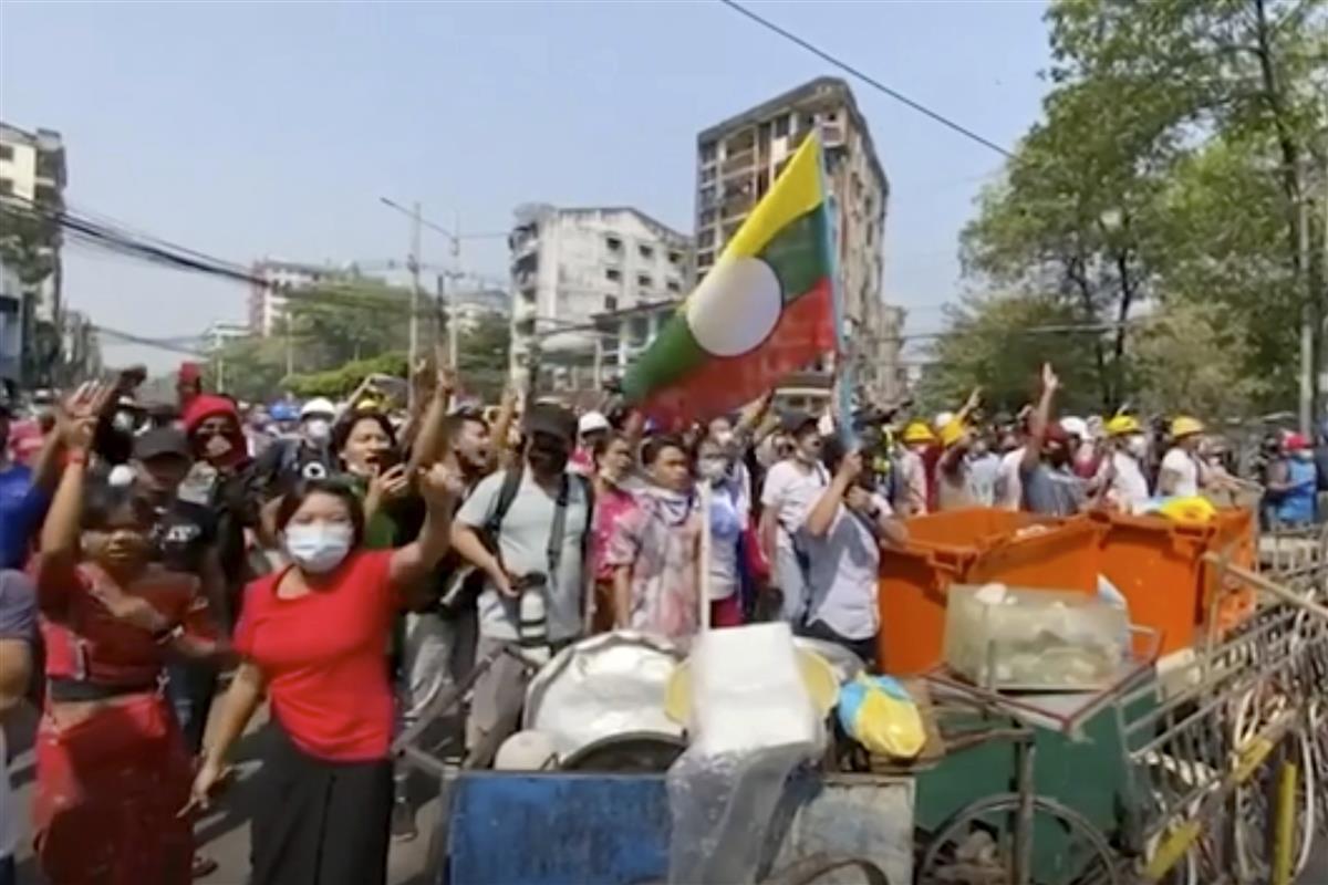 27日、ヤンゴンの警察前に集まったデモ参加者(AP)