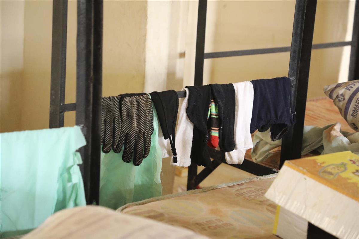 26日、女子生徒317人が拉致されたナイジェリア北西部ザムファラ州の中学(AP)