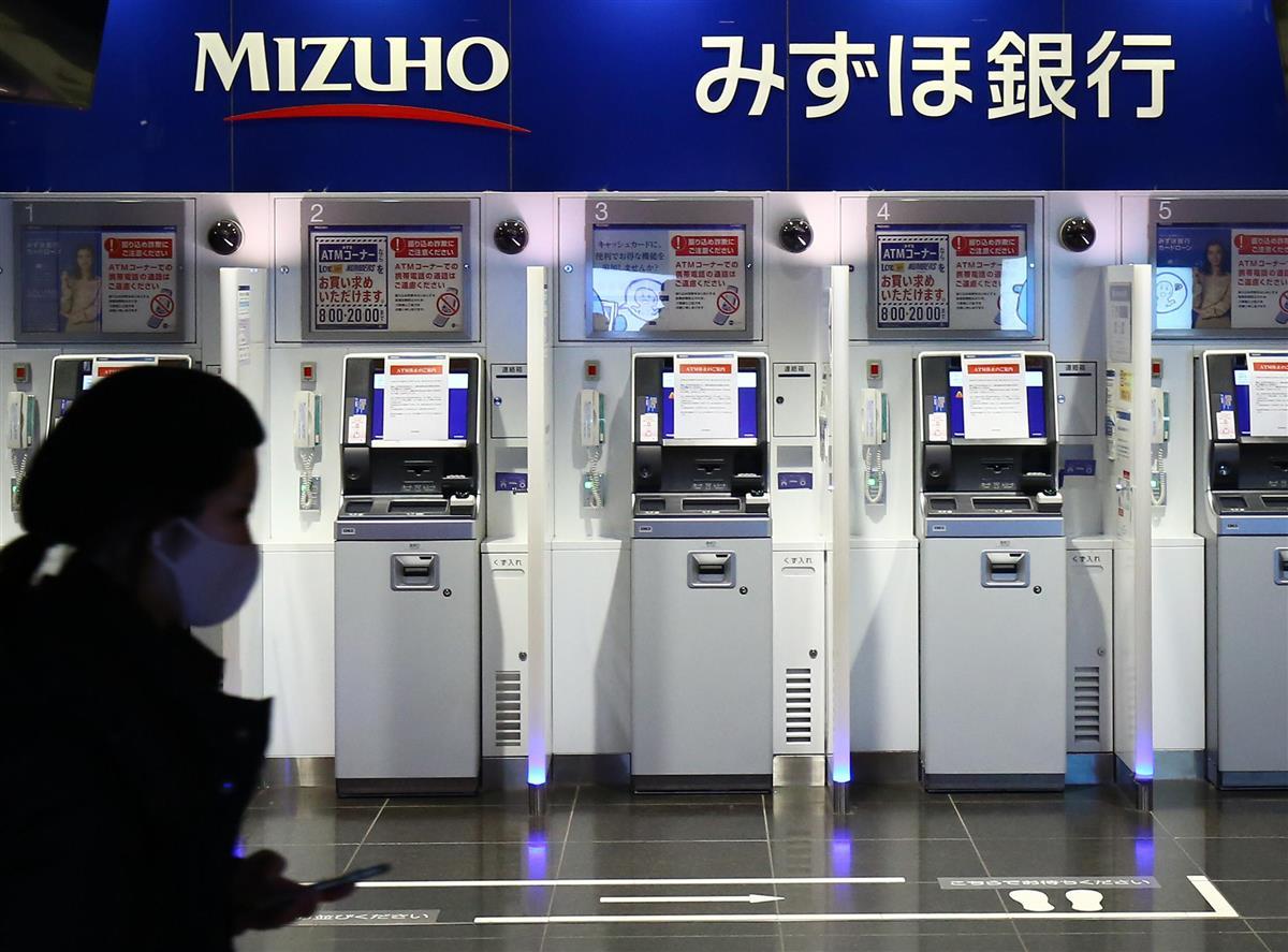 障害が発生し、休止しているみずほ銀行の現金自動預払機(ATM)=28日、東京・大手町