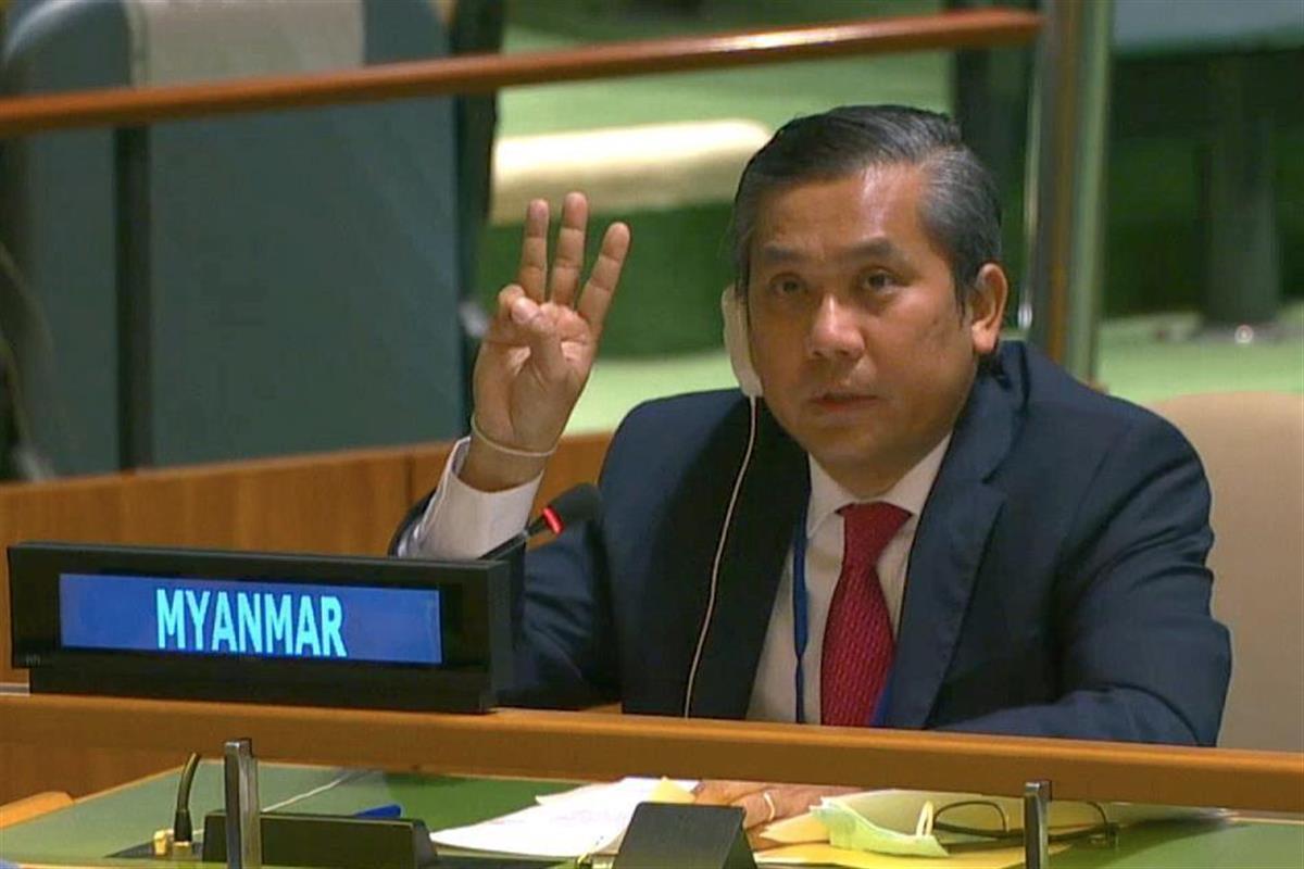 26日、国連総会で独裁への抵抗を示す3本指を掲げたミャンマーのチョー・モー・トゥン国連大使=米ニューヨーク(ロイター)