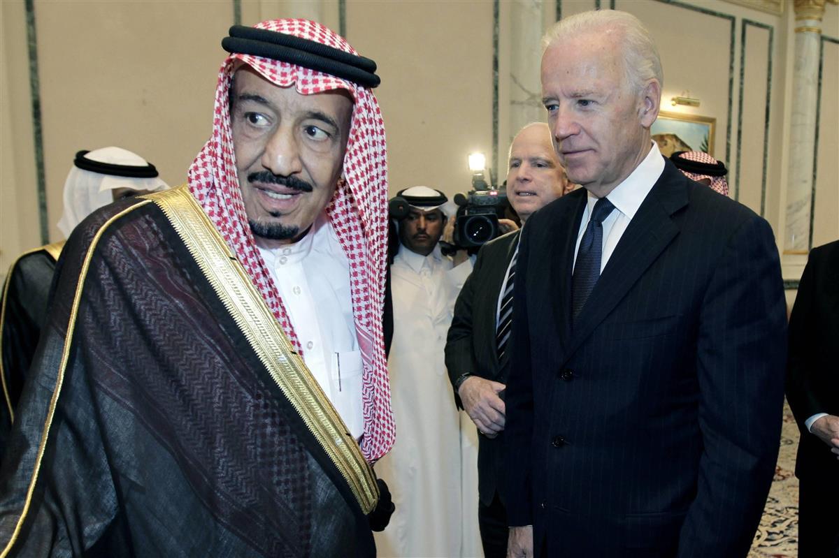 2011年10月、米副大統領として訪問したサウジアラビアで現在のサルマン国王(左)と会談するバイデン氏=リヤド(AP)
