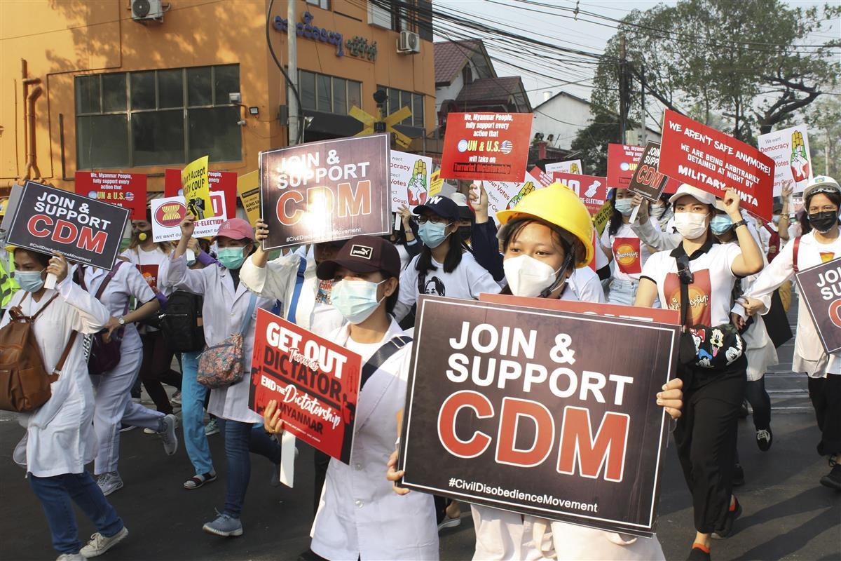 28日、ヤンゴンで行われた大規模デモ(AP)