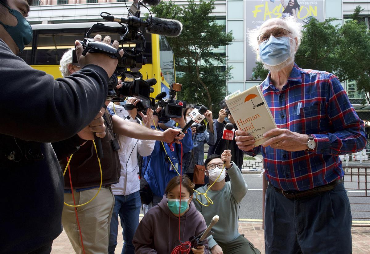 起訴されなかった米国人弁護士、ジョン・クランシー氏は、香港メディアに「香港は巨大な監獄のようだ」と述べ、当局の民主派弾圧を非難した=2月28日(AP)