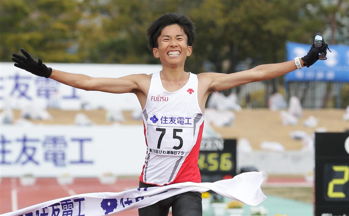 びわ湖毎日マラソンで日本記録をマークし、初優勝した鈴木健吾=皇子山陸上競技場(斉藤友也撮影)